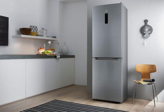 Холодильник серебристого цвета на кухне