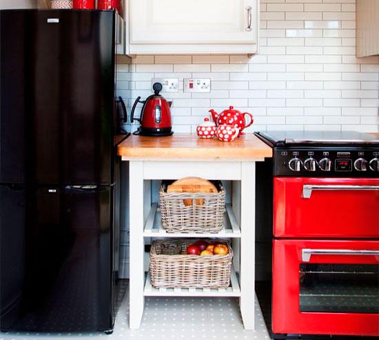 Интерьер кухни черным холодильником